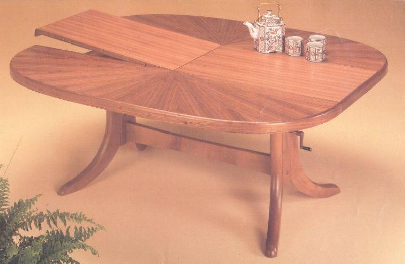 Ovaler Tisch mit Klappeinlage Image