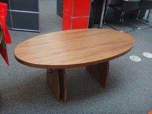 Ovaler Tisch aus Nussbaum Image